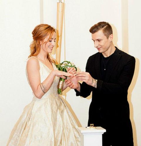 Максим Нестерович и Екатерина Решетникова в загсе обмениваются кольцами