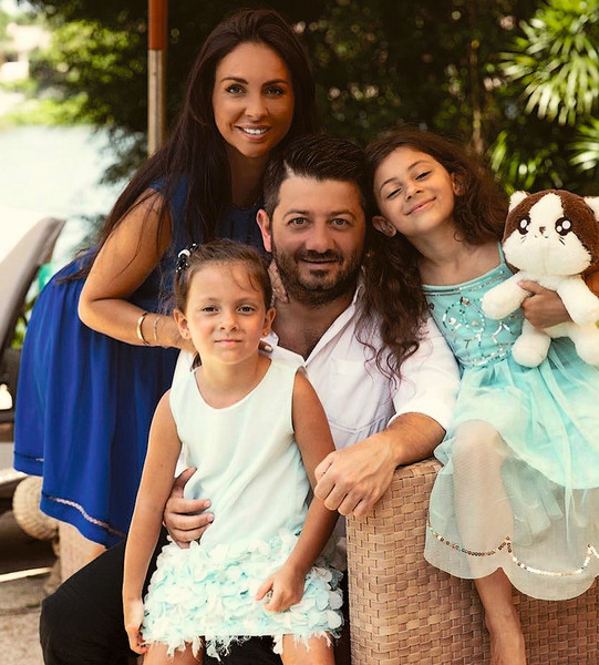 С супругой Викторией и дочками — 9-летней Эстеллой и 7-летней Элиной