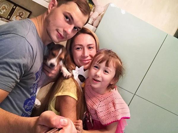 Алена Ашмарина с дочерью и Ильей Григоренко