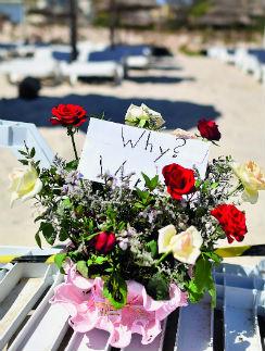 На место трагедии по сей день люди приносят цветы