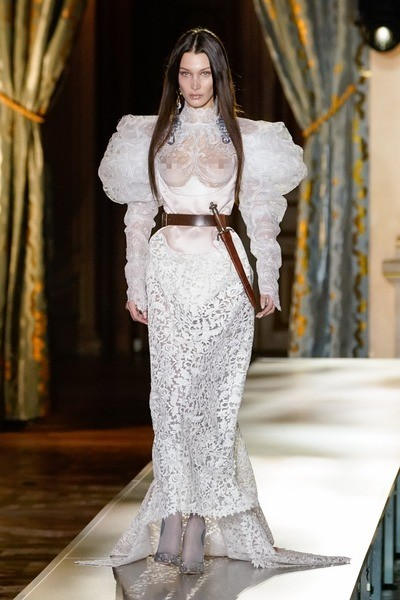 Под платьем на модели был корсет