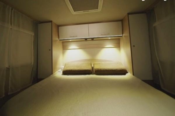 В нем есть специальное спальное место