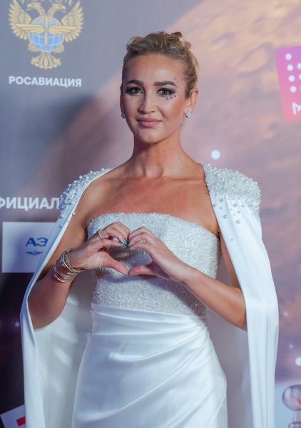 Битва платьев. Кто милее в оборках – Ольга Бузова или Алена Шишкова?