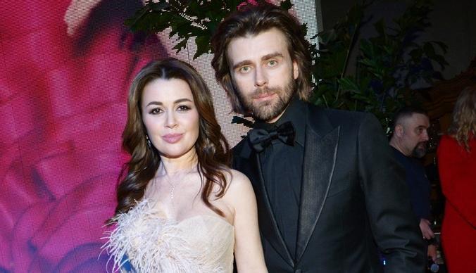Изможденный муж Анастасии Заворотнюк впервые появился на публике после новости о болезни актрисы