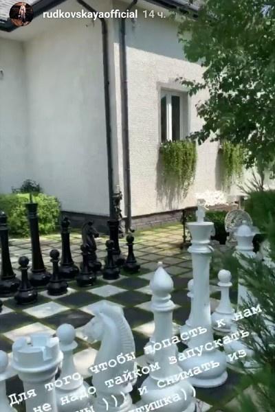 Садовые шахматы перед входом в здание — стильный элемент декора.