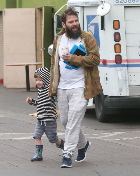 Отец часто проводит время с сыном