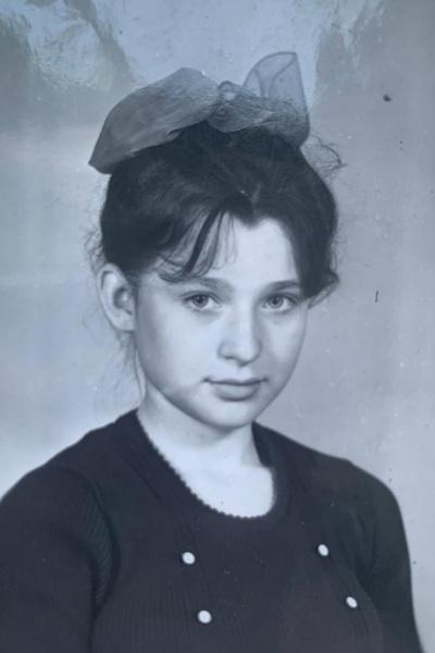 В старших классах девочка увлеклась музыкой и начала сочинять стихи. Ее кумирами были известная певица Алла Пугачева и чешский музыкант Карел Готт.