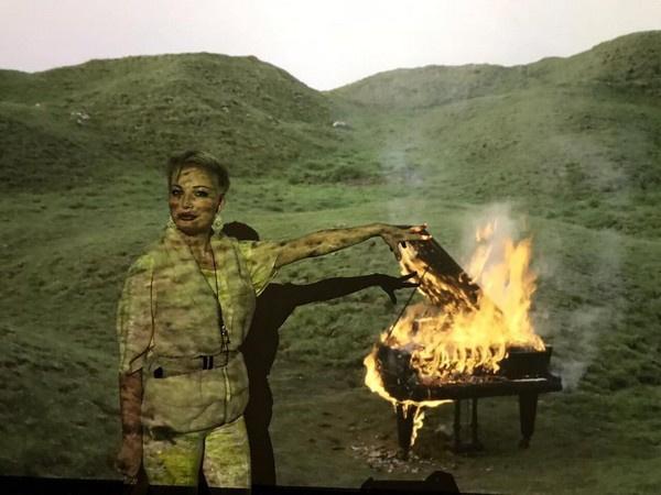 Мария Максакова на фоне инсталляции Дугласа Гордона