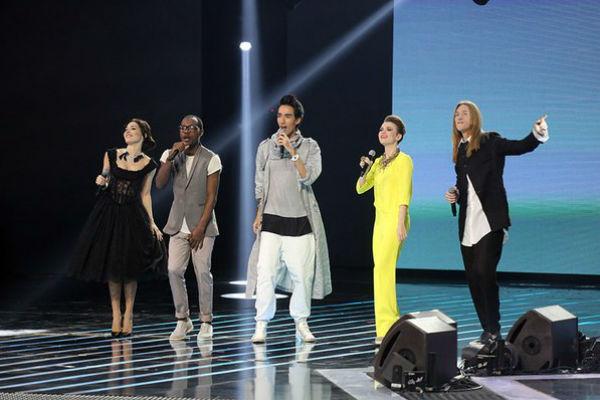 Финалисты выступили на одной сцене с зажигательным хитом перед окончанием голосования