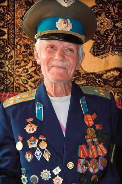 76-летний Петр Иванович с трудом передвигается по квартире