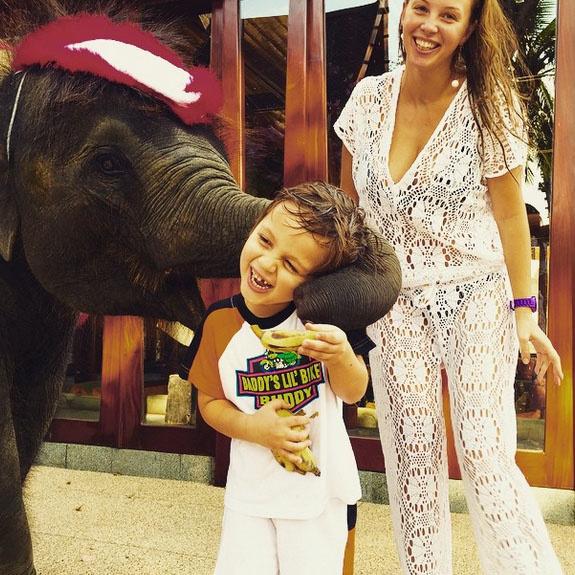 Саша Дибров в восторге от общения со слоненком