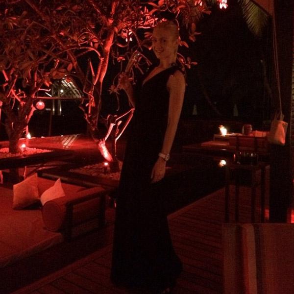 Ольга Бузова на территории отеля на Мальдивах