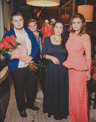 Поздравить Ирину Агибалову приехала финалистка битвы экстрасенсов Аза Петренко с сыновьями