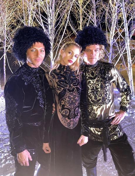Звездные друзья Даши и Ставроса предстали в русском стиле