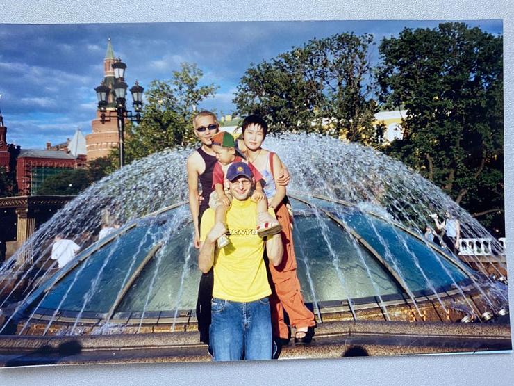 Певец вместе с племянницей Татьяной и ее сыном, а также близким другом Ромой Радовым