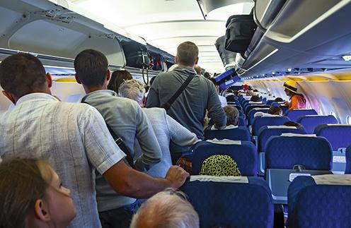 По словам бортпроводников, пассажиры часто вскакивают с места до того, как гаснет табло «Пристегнуть ремни»