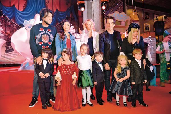 Примадонна всячески опекает Женю. Он подружился с ее детьми – Гарри и Лизой, а также с внучкой Клавой