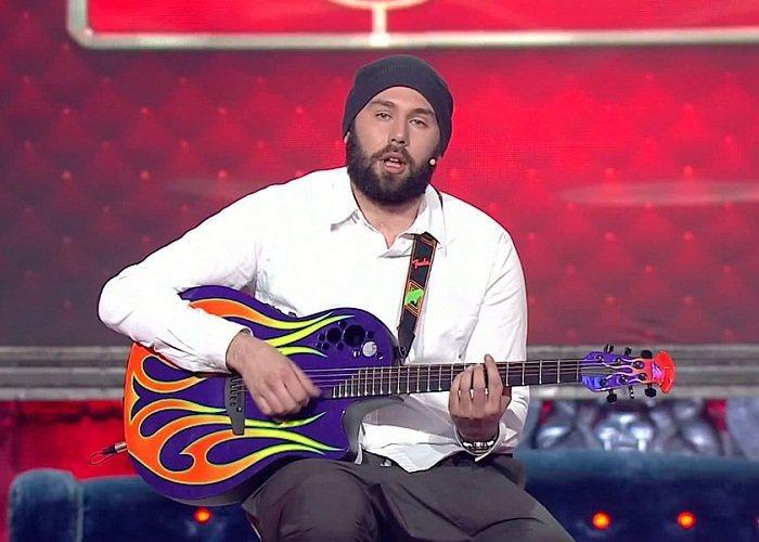 Cлепаков более 15 лет выступает с юмористическими песнями