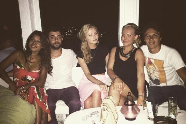 Дарья часто отдыхает в общей компании с Егором (справа)