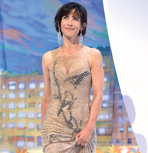 Софи Марсо на красной дорожке Каннского кинофестиваля, она еще не подозревает, что встретит здесь свою любовь, май 2015 года