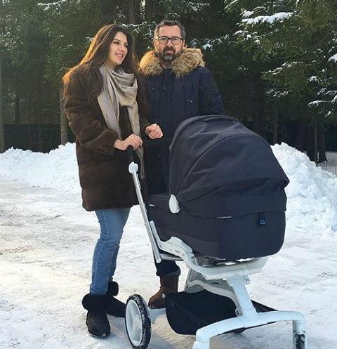 Алексей Рыжов с женой Ириной на первой прогулкой с дочерью