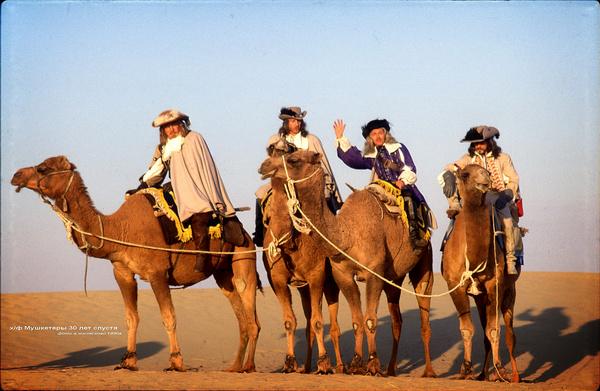 Актерам пришлось научиться ездить на верблюдах по пустыне
