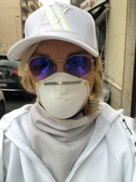 Лика носит респиратор, спасаясь от инфекции