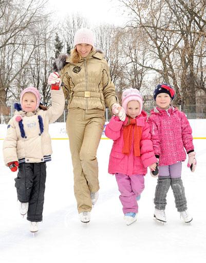 Татьяна Навка со своими юными поклонницами