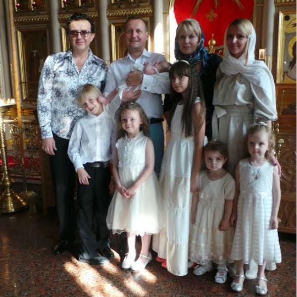 Семья Жуковых с крестниками малыша