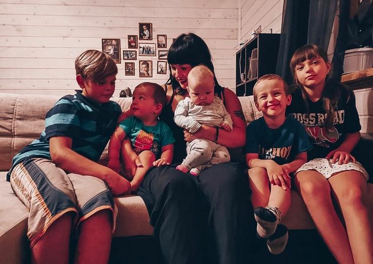 Сейчас Александра сосредоточена на воспитании пятерых детей