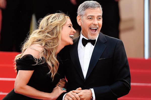 Джордж Клуни водит дружбу с первыми леди Голливуда, но никогда не переходит грань. На фото – с Джулией Робертс на премьере «Финансового монстра». Канны, 2016 год