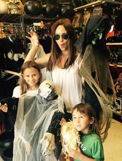 Саша Зверева с детьми выбирает костюмы и украшения для Хеллоуина