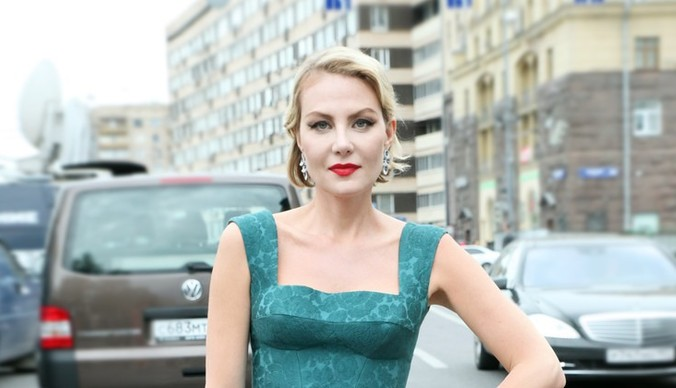 Сильно постаревшая и похудевшая Рената Литвинова вышла на подиум