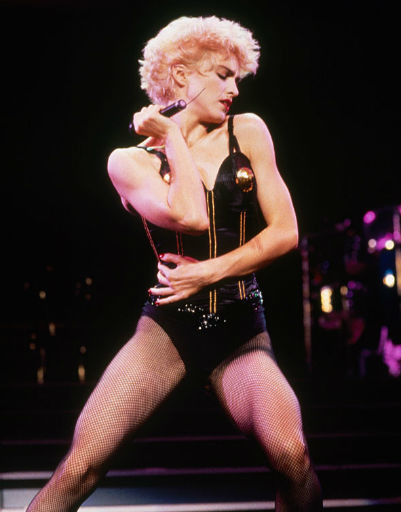 Мадонна любит дополнять образ сетчатыми колготками, 1987 год