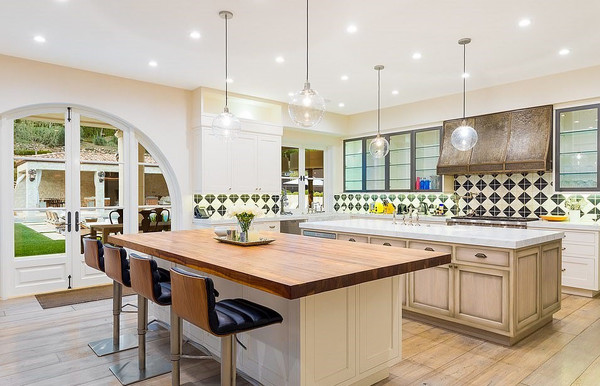 Кухня выполнена в светлых тонах