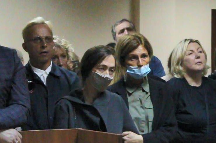 Жена (вторая слева) и друзья поддержали актера в день приговора