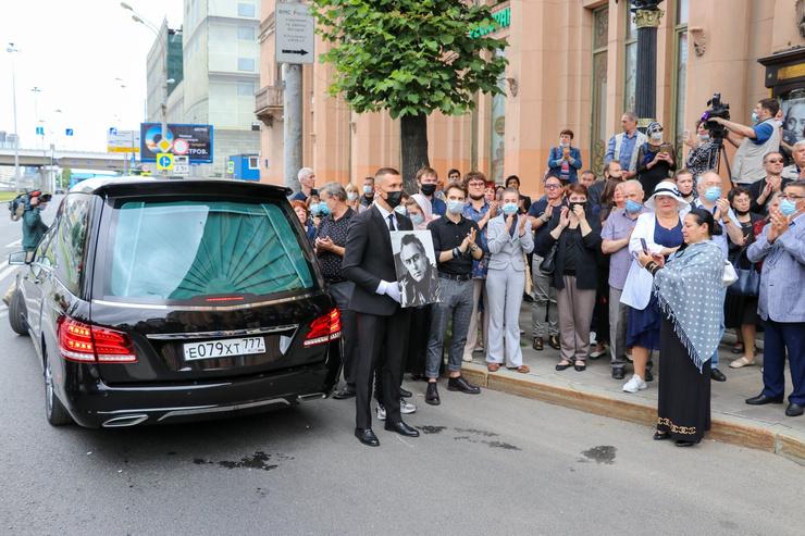 Похороны артиста посетили десятки его коллег и друзей