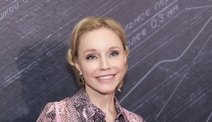 Марина Зудина в перьях, Софья Эрнст в платье от Dior: образы сериала «Содержанки»