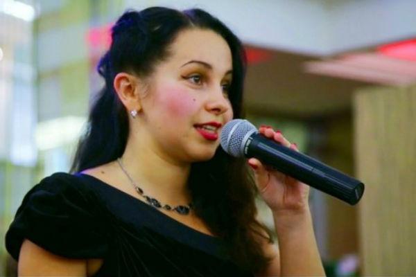 Дарья Склярова читает свои стихи на Арбате