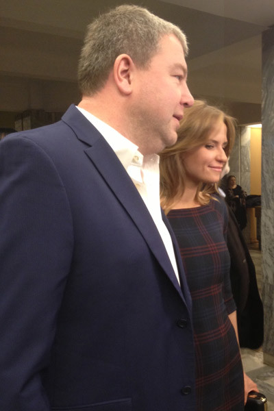 Актер Александр Робак со спутницей