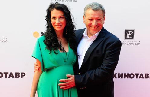 «Я не ощущаю, что рядом мужчина, которому за 60. Он не старик», - уверяет всех супруга Грачевского Анна.