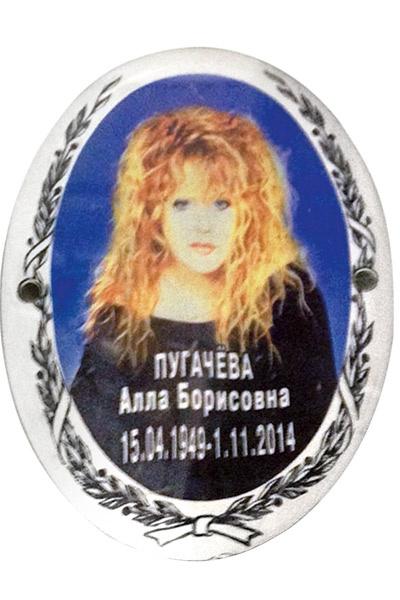 По закону Примадонна может подать в суд на гравировщика и получить компенсацию за моральный вред в размере 50-100 тыс.рублей