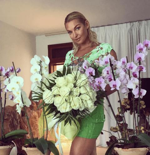 Анастасия Волочкова отдохнула в Греции и увезла оттуда огромные букеты цветов