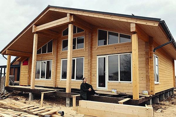 Чтобы построить дом, девушке пришлось трудиться на двух работах и научиться экономить