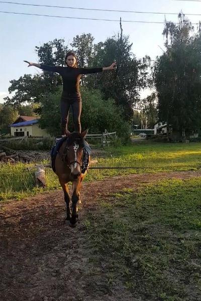 Янина делала невероятные трюки верхом на лошади