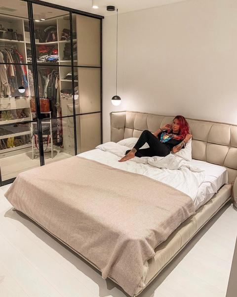Айза обожает большие кровати