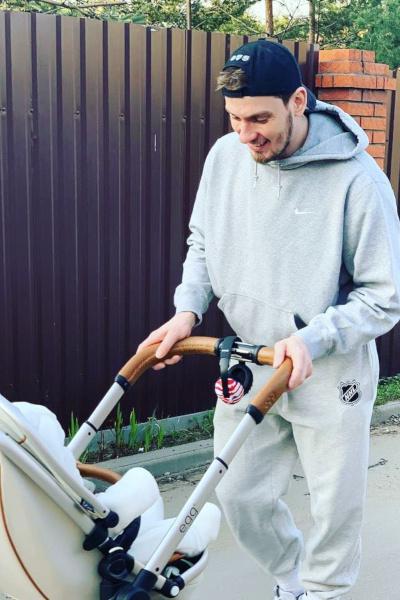 Игорь Макаров наслаждается отцовством