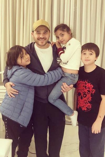 От первого брака у певца трое детей