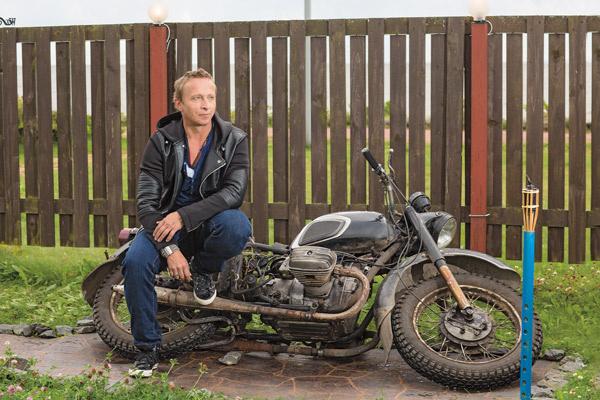 На любимом мотоцикле актер перестал гонять несколько лет назад, но мечтает: «Когда дети вырастут, куплю себе и Оксанке по моцику и поедем колесить по стране!»