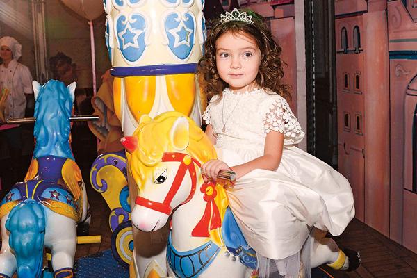 Алла-Виктория, как и положено принцессе, оседлала самую красивую лошадь
